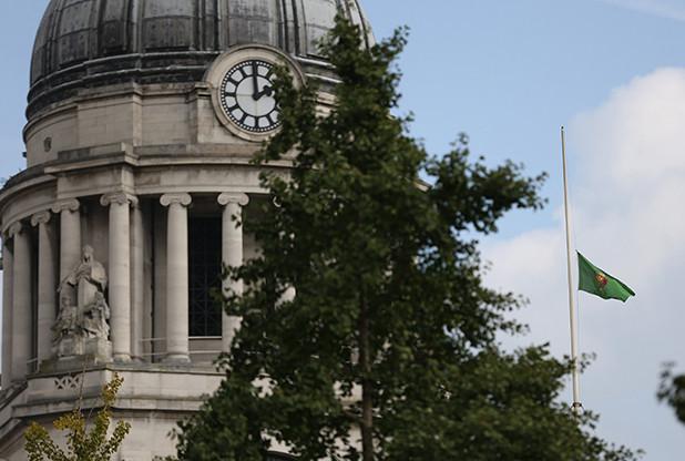 Council House ในเมือง Nottingham ทางตอนกลางของอังกฤษ ลดธงครึ่งเสา (nottinghampost.com)